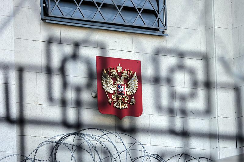 Герб России за оградой