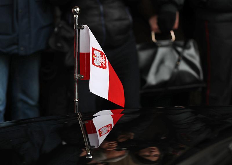 Флаг Польши на посольском автомобиле