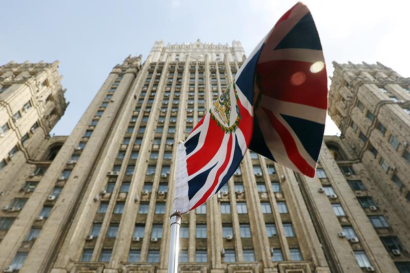 Флаг Великобритании на фоне здания МИД
