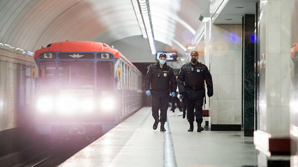 Сотрудники полиции в метро