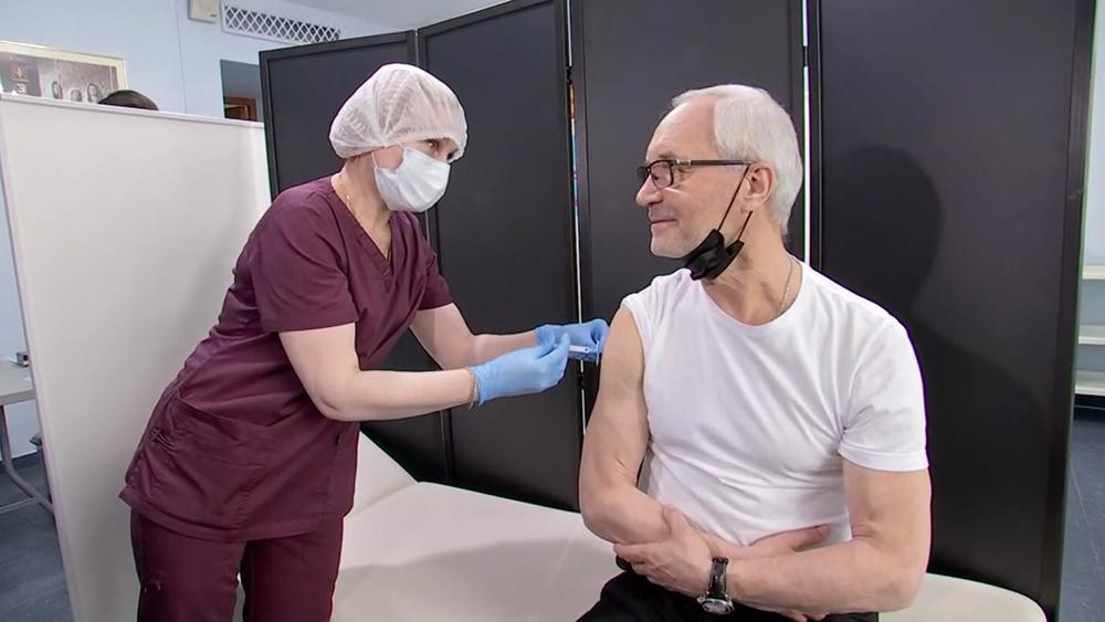 Евгений Герасимов проходит вакцинацию