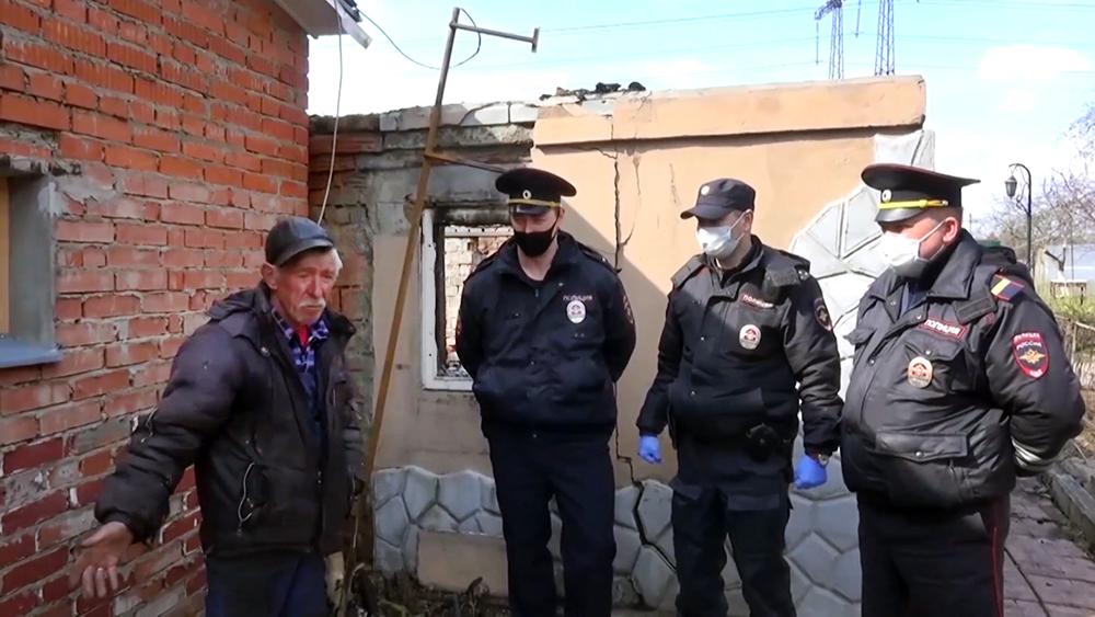 Сотрудники полиции на месте пожара