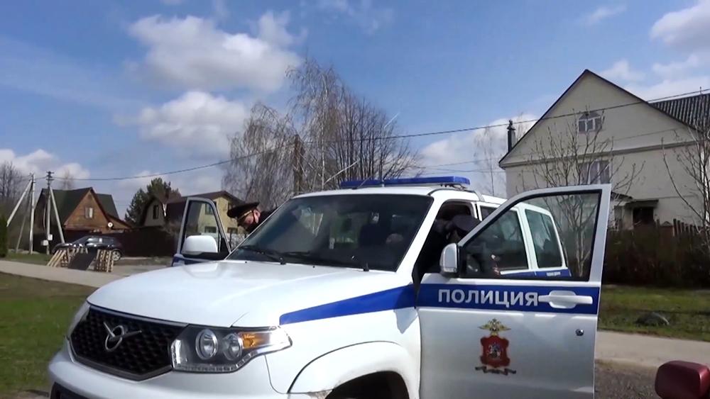 Автомобиль полиции на дачных участках