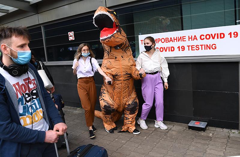Пассажиры перед тестированием на коронавирус в аэропорту