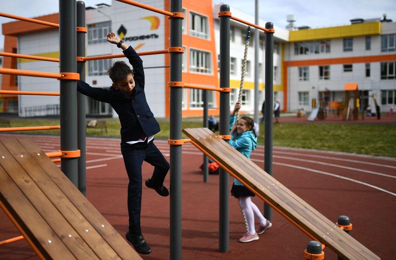 Школьники на спортивной площадке школы