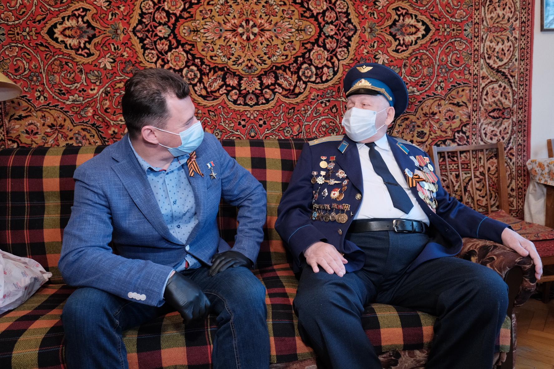Роман Романенко поздравил с годовщиной Великой Победы ветерана войны, летчика-испытателя Мора Вольфовского