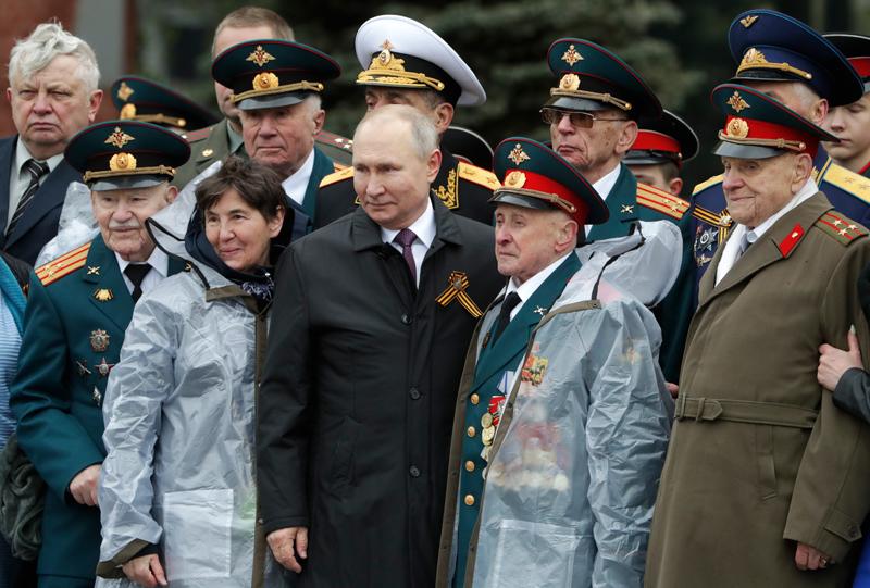 Владимир Путин фотографируется с ветеранам