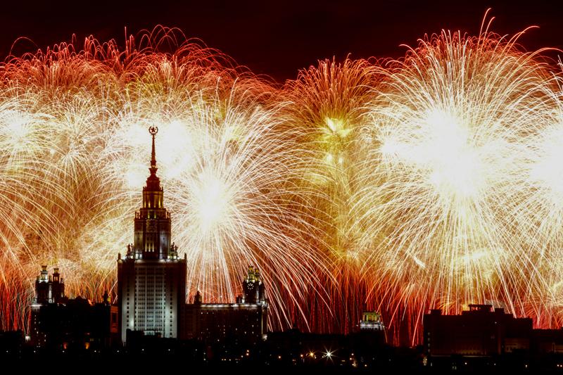 Праздничный салют в честь годовщины Победы в Великой Отечественной войне в Москве