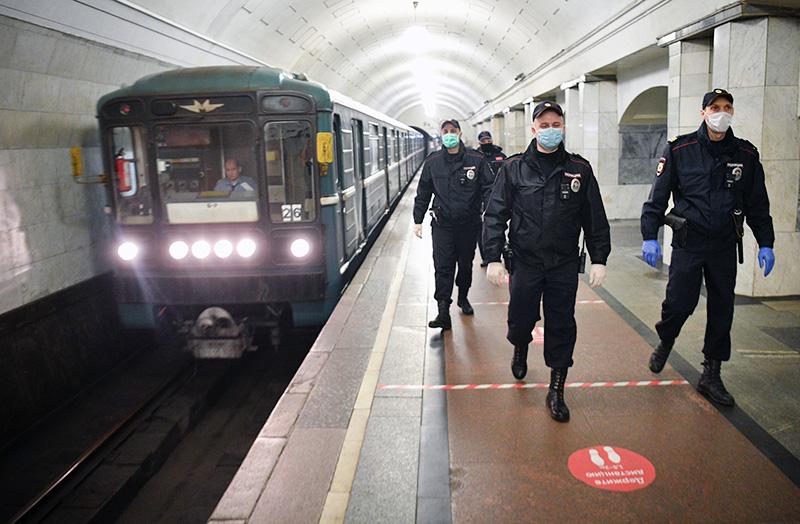 В московском метро уборщик с ножом напал на полицейского
