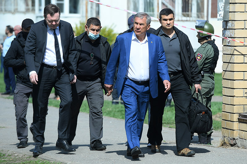 Рустам Минниханов у школы в Казани