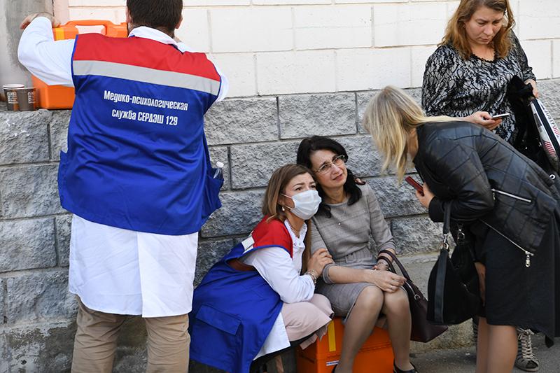Сотрудники медико-психологической службы у школы в Казани