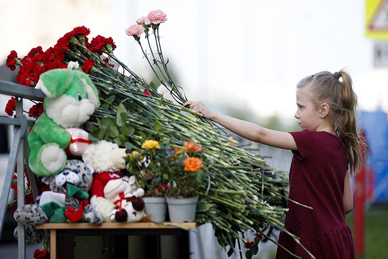 Цветы у здания школы в Казани, где произошла стрельба