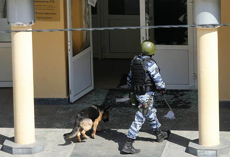 Кинологи у школы в Казани, где произошла стрельба
