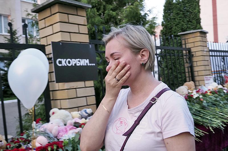 Цветы у школы № 175 в Казани, где произошла стрельба