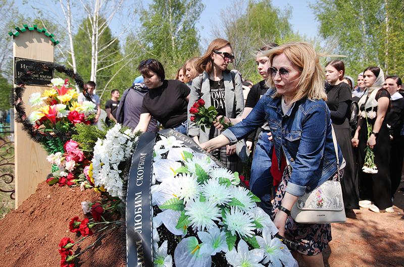 Прощание с погибшими при стрельбе в школе в Казани