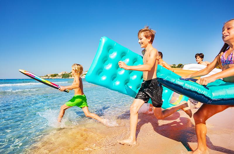 Детский купаются в море