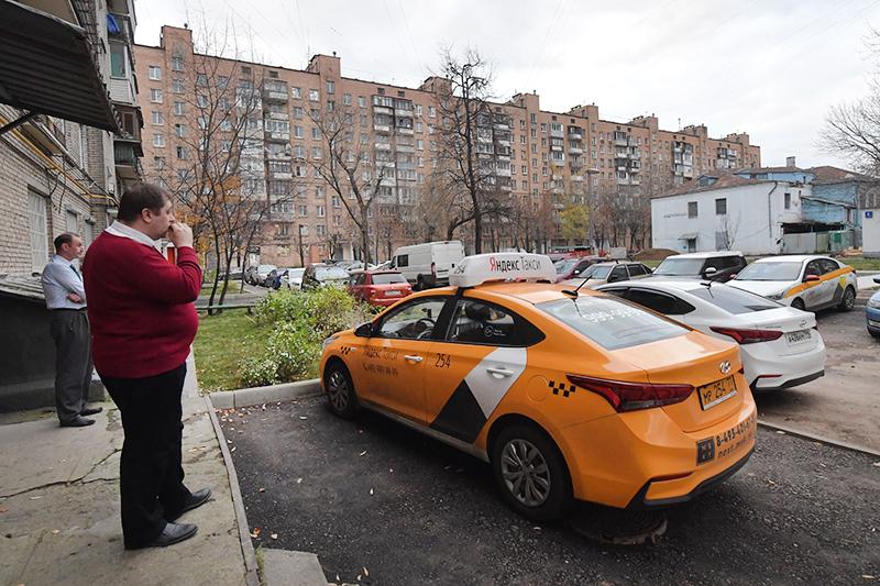 Такси во дворе доме