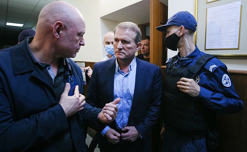 Виктор Медведчук в наручниках