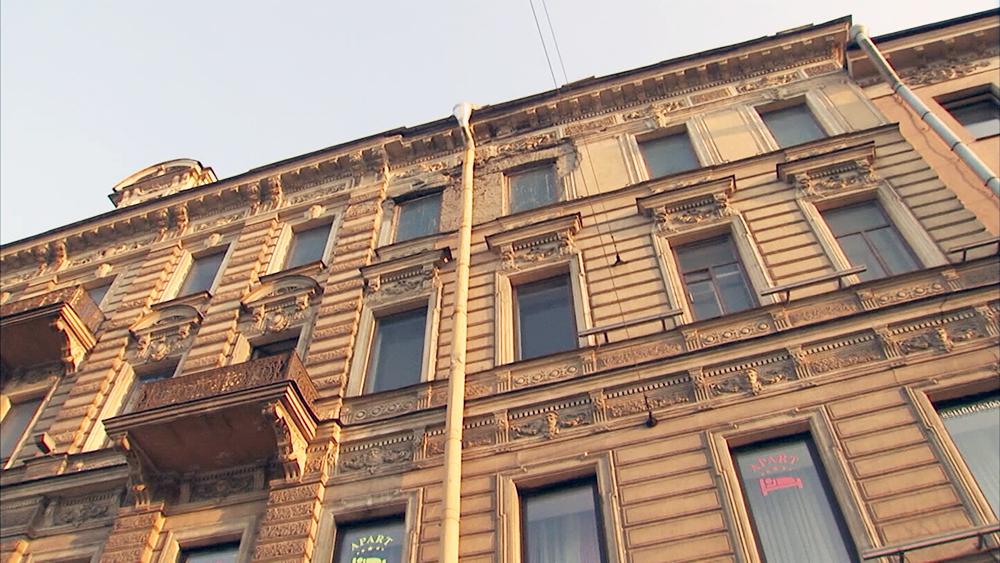 Место падения штукатурки с фасадов