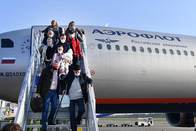 Пассажиры самолета в медицинских масках