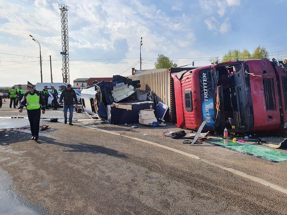 Последствия ДТП с участием фуры и микроавтобуса