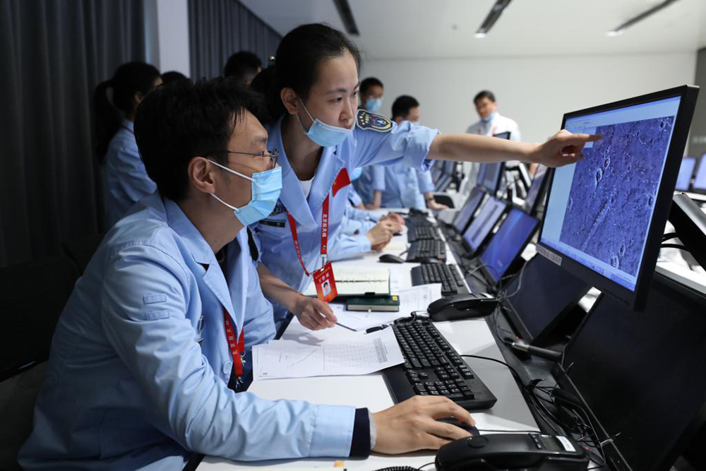 "Специалисты следят за посадкой марсохода ""Тяньвэнь-1"""