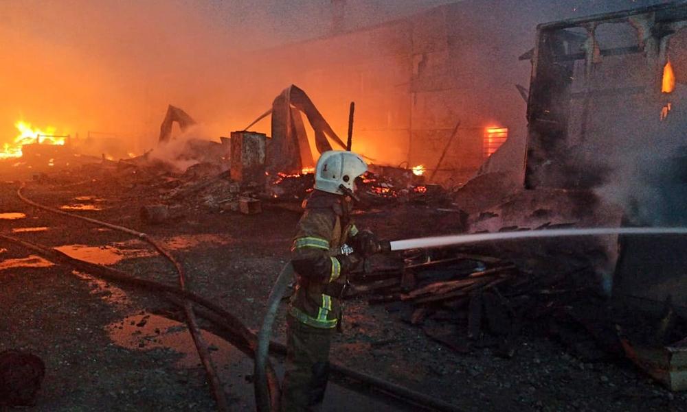 Пожарные МЧС на месте возгорания в промзоне