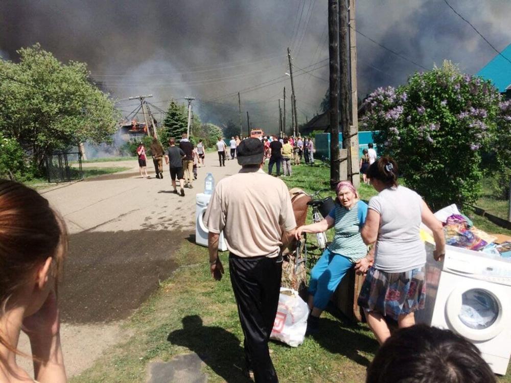 Жители спасаются от пожара