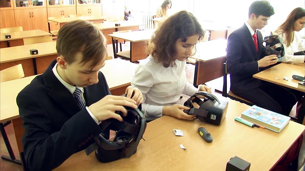 Школьники в шлемах виртуальной реальности
