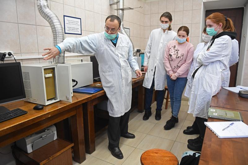 Студенты с преподавателем в лаборатории