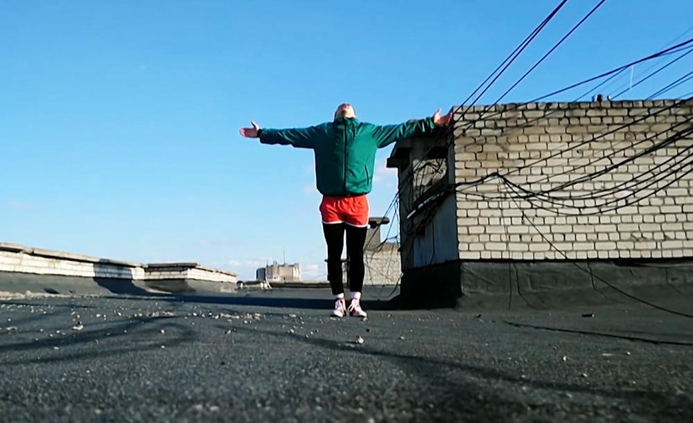 Занятие спортом на крыше дома