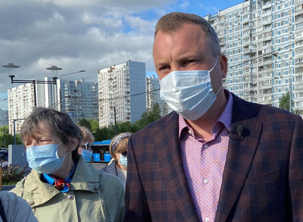 Евгений Попов во время встречи с жителями