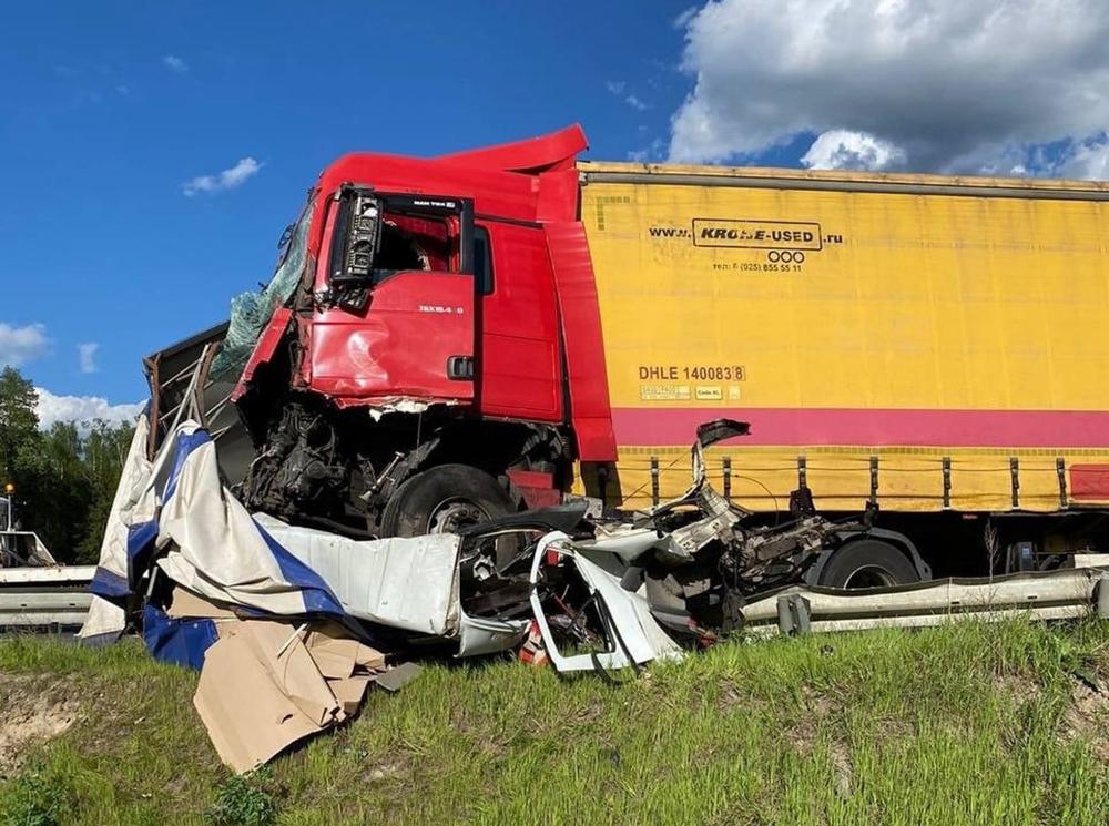 Последствие ДТП с участием фуры и грузовика