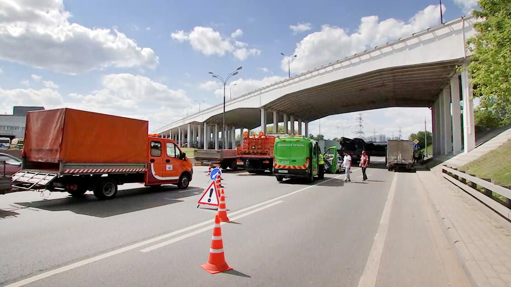 Экстренные службы города возле моста