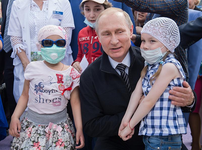 Владимир Путин во время посещения детского гематологического центра