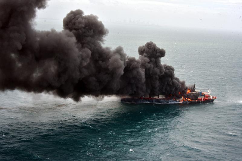 Пожар на судне у берегов Шри-Ланки