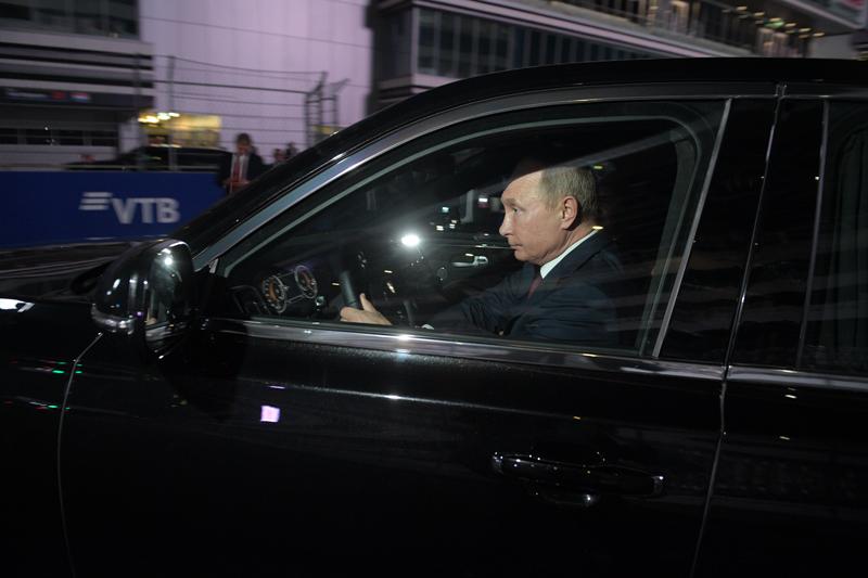 Владимир Путин в автомобиле Aurus