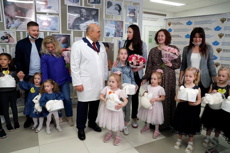 Михаил Мишустин во время посещения Национального медицинского исследовательского центра акушерства