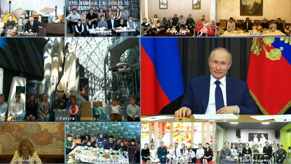 Владимир Путин во время встречи с многодетными семьями