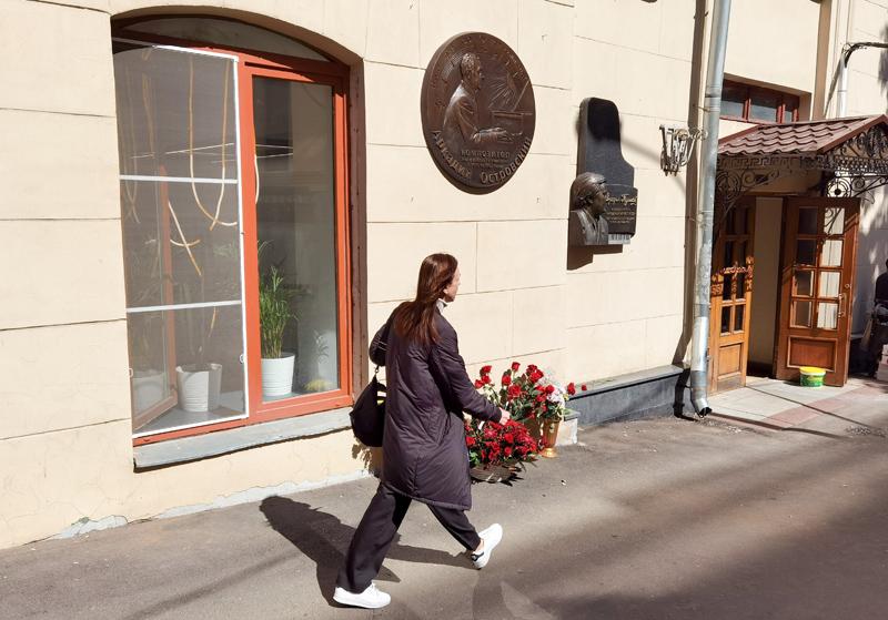 Мемориальную доску композитору Аркадию Островскому открыли в Газетном переулке