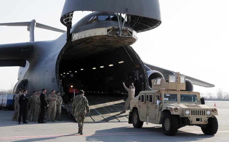 Самолет ВВС США с бронированными автомобилями