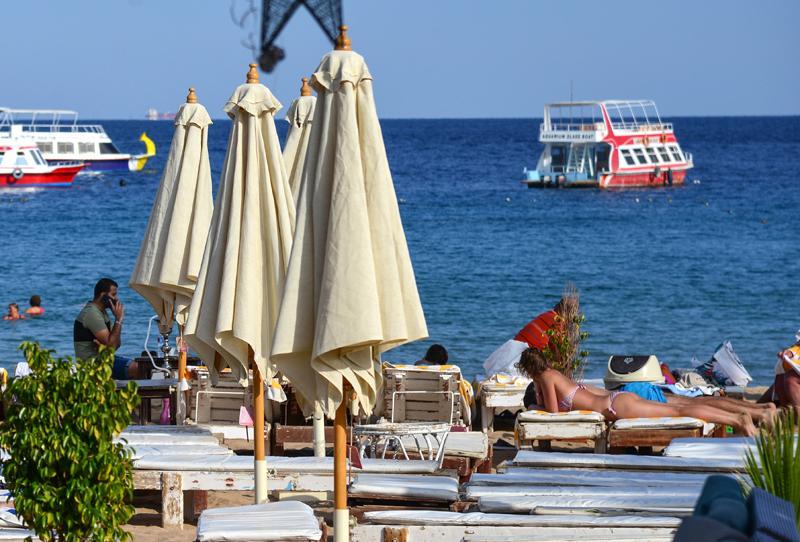 Отдыхающие на пляже в Шарм-эль-Шейхе