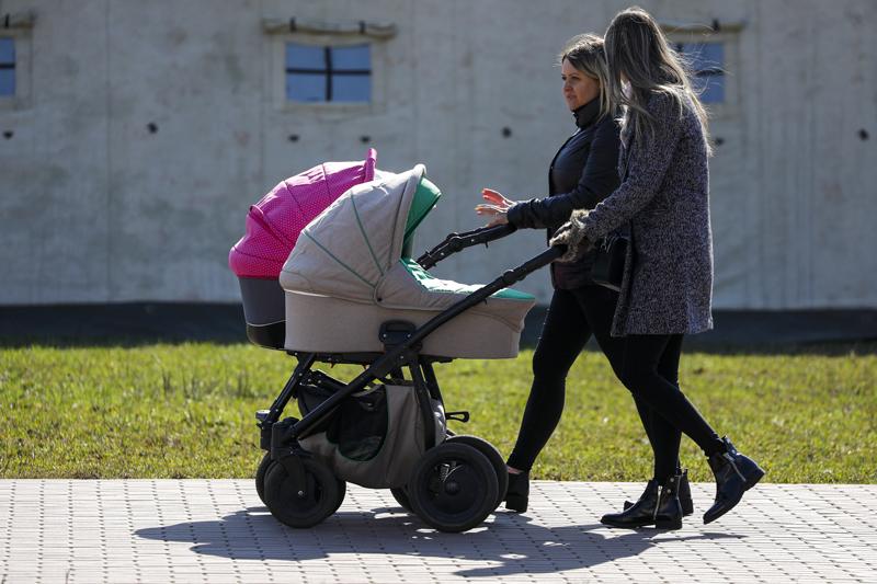 Мамы с детьми во время прогулки
