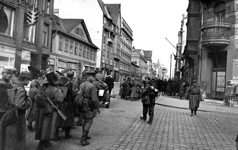 Рига. Октябрь 1944 г. Советские бойцы на улицах освобожденного города
