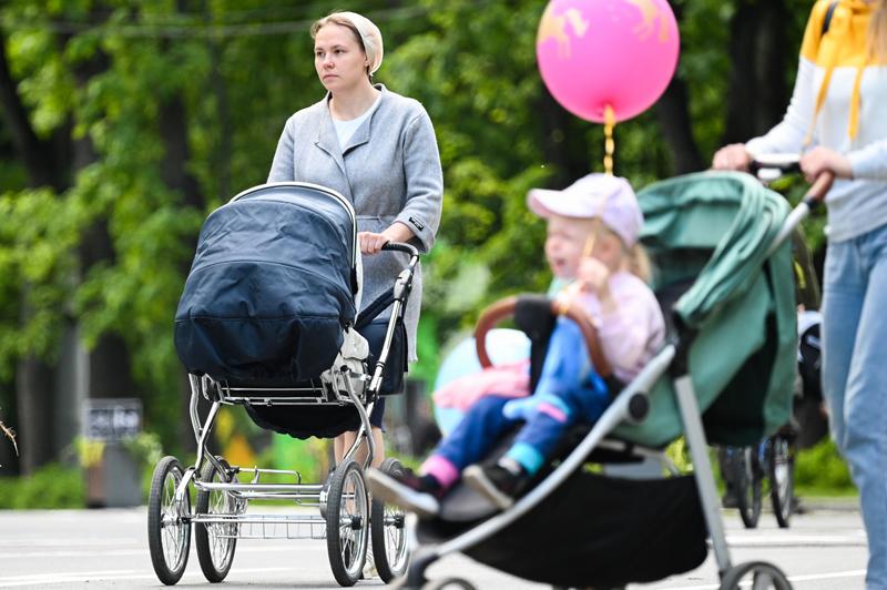 Женщины гуляют с детьми