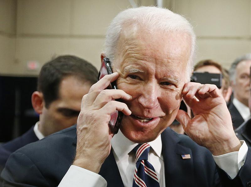 Джо Байден разговаривает по телефону