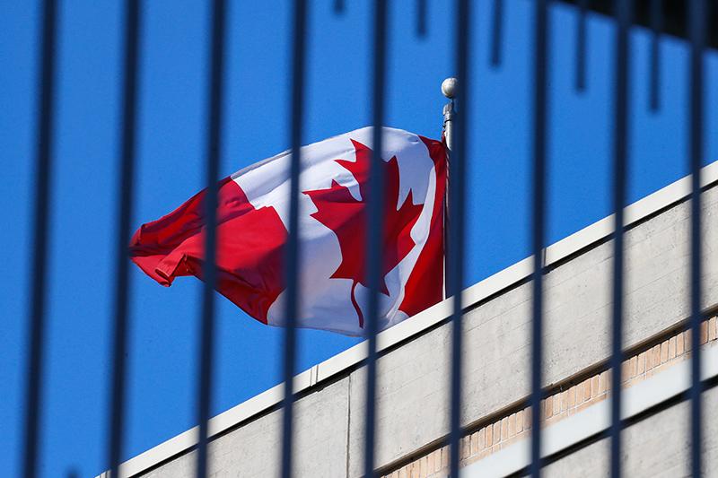 Флаг Канады за оградой