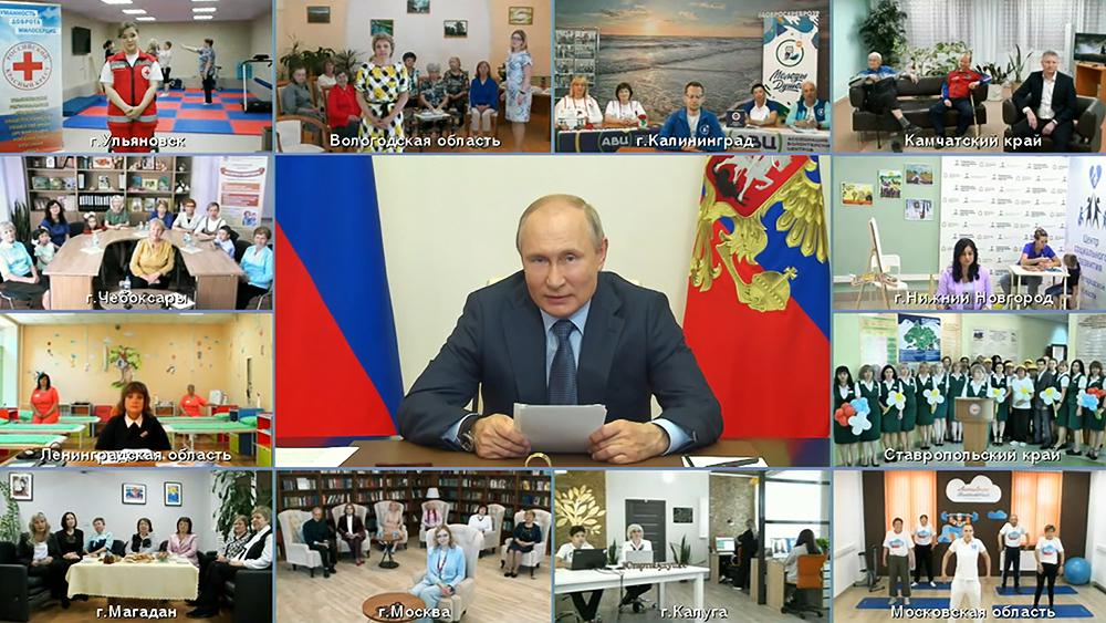 Владимир Путин общается с представителями социальных организаций