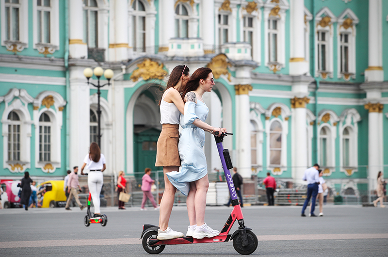 Девушки на электросамокате в Санкт-Петербурге