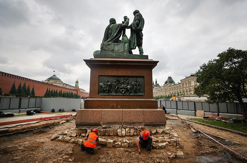 Реставрационные работы у памятника Минину и Пожарскому